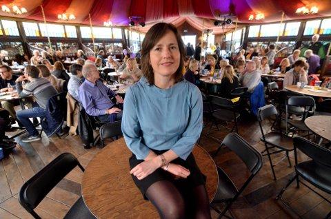 TILFREDS FESTIVALSJEF: Marit Borkenhagen hos de frivillige i festivalteltet på avslutningsdagen søndag. Foto: Per I. Henriksbø