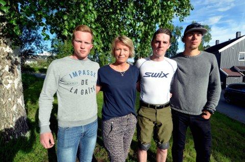 Kristoffer Hestetræet (f.v.), Merete Almehagen, Oddgeir Bjerke og Erling Tofte ber folk stille opp på Stortorget i Lillehammer klokka 18 tirsdag. De ønsker å minnes de unge som har tatt sitt eget liv.