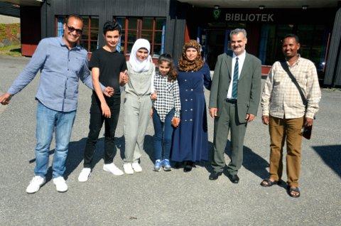 Glade i øyer: Abubakar Eid fra Sudan (til venstre) og Selaheldin Mahmood Saleh fra Eritrea (til høyre) er for Øyer-veteraner å regne, og har gode råd å komme med til familien Doaji fra Syria: Mohamad, Leila, Kawthar, Yoksal og Mostafa.     Alle foto: Karen Bleken