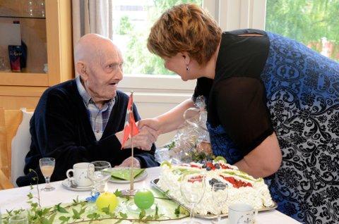 Torbjørn Øverbø ble landskjent da han i mars ble Norges eldste levende person. 108-årsdagen ble feiret med blant andre Ringsaker-ordfører Anita Ihle Steen til stede.