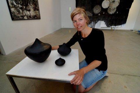 TI ÅRS ARBEIDSSTIPEND:  Glassblåser og kunsthåndverker Kari Mølstad i Lillehammer, er tildelt Kulturrådets kunstnerstipend for de ti neste åra.