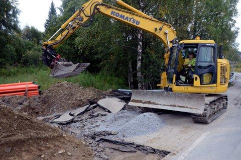 Gangveg: Linda Pedersen jobber for Huser entreprenør. Her er hun i ferd med å rive opp deler av asfalten på Sjusjøvegen. Snart er blir det ny gangveg og to nye holdeplasser for buss.