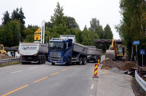 Huser entreprenør AS fra Gjerdrum har fått oppdraget med å lage trygg gang og sykkelveg i Mesnali.