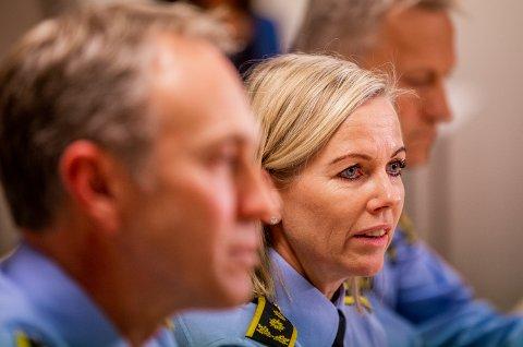Pressekonferanse ved politistasjonen på Vinstra etter at en 16 år gammel jente ble drept av en jevnaldrende gutt. Politiadvokat Stine Rigmor Grimstad.
