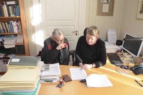 Per Jarle Dyrud (t.v.) og advokat Liv Krukhoug belager seg på nye runder i retten - der de krever Staten for erstatning.