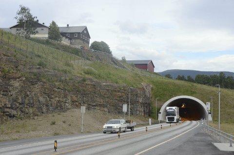 Samferdselsminister Jon Georg Dale (Frp) foreslår å øke fartsgrensen i blant annet Hundorptunnelen. Det får Trygg Trafikk til å reagere.