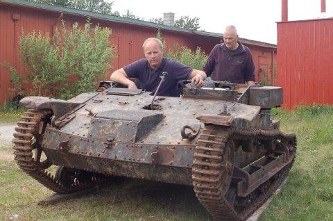 - Vi er svært takknemlige for at vi kan få vise fram denne unike panservogna i samlinga her på Hinden, sier formann Rune Nørstegård (oppi vogna) og Kristoffer Hole i DLKMS.