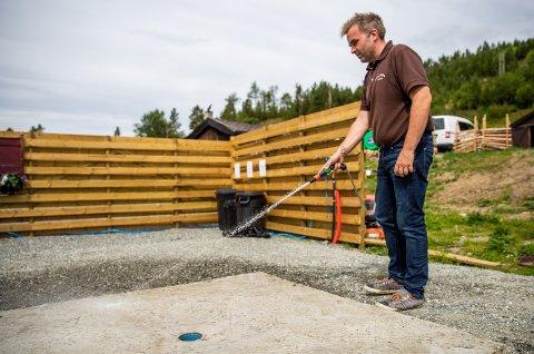 Kari Anne og Tom Sukkestad har investert nesten tre millioner kroner i oppgradering av Strand fjellstue i Espedalen siden oppkjøpet i 2016. Dette tømmeanlegget for bobiler er det første av sitt slag i Gausdal, og en av de nye investeringene.