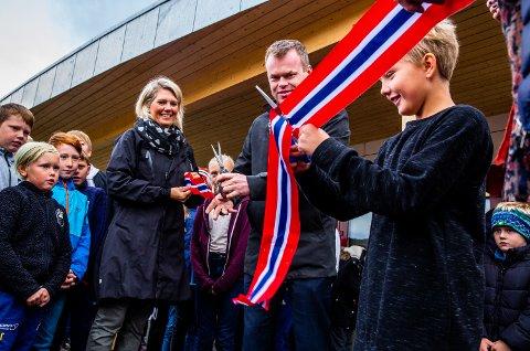 Det var elevrådsleder Andreas Møkkelgjerd Amundsen (10) fra 6. klasse som fikk æren av å stå for klippingen sammen med Lillehammer-ordfører Espen Granberg Johnsen.