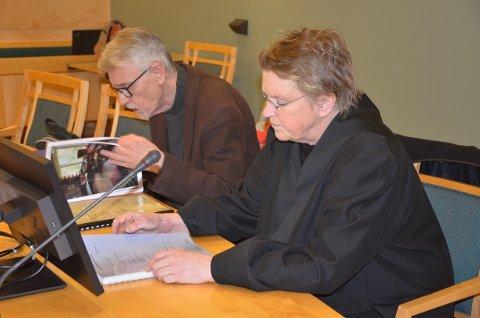 Per Jarle Dyrud og advokat Liv Krukhoug i Sør-Gudbrandsdal tingrett. Gerd-Thordis Dyrud var ikke tilstede på grunn av helsemessige årsaker. Retten drar på hjembesøk til henne torsdag.