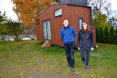 Nansenskolen åpner gjerne for miljløvennlige boliger som dette, sier vaktmester Tor Jarle Marsteintredet og inspektør og lærer Signe Strøm.
