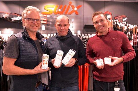 Åge Skinstad (f.v.) med Marathon-utgaven med fluor, og Christian Gløgård og Eivind Opsahl med den fluorfrie som Swix mener er minst like god. Nå skal de bruke samme teknologien i flere produkter.