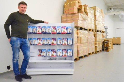 ETTERBRUK: Senterleder Erik Skjellerud på Strandtorget har fullt lager av Kristin- og Håkonfigurer.