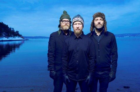 NY PLATE: Jazzmusikeren Helge Lien fra Moelv, flankert av Per Oddvar Johansen og Mats Eilertsen.