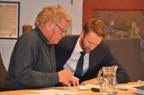 Representant for familien som eier området, Truls Sanengen, sammen med familiens prosessfullmektig, advokat Jan Erik Johansen, i tingretten.