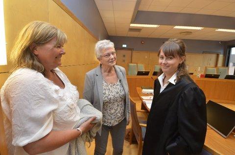 Verger for beboerne i Moavegen, Frøydis Schjølberg (t.v) og Marit Moen vitnet begge i tingretten og lagmannsretten. Her sammen med prosessfullemktig , advokat Anne Mette Hårdnes i Eidsivating lagmannsrett.