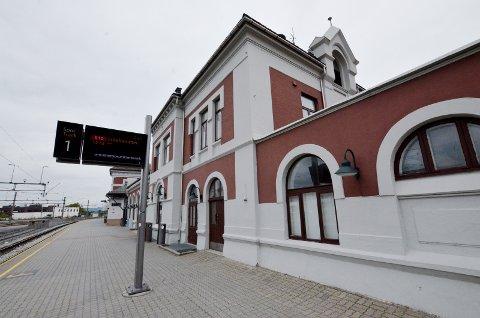 FRP SNUR: Frp-minister Jon Georg Dale vil spare milliarder. Hamar stasjon blir der den er i dag.
