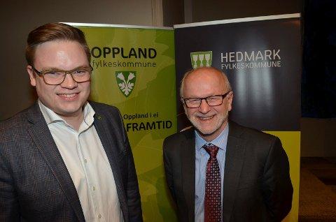ENIGE: Den tidligere fylkesordføreren i Oppland, nå fylkesordfører i Innlandet, Even Aleksander Hagen (til venstre) og den tidligere fylkesordføreren i Hedmark, Arnfinn Nergård, er enige om at ved Mjøsbrua betyr Moelv eller Biri.