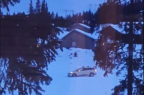 Denne personbilen måtte ha hjelp for å komme seg ut av en tilførselløype utenfor alpinanlegget i Hafjell.