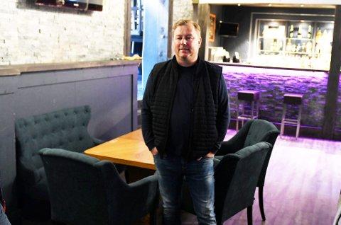 Tom Roger Rognli ved Solsia Pub & Spiseri på Vinstra har full forståelse for at myndighetene nå stopper servering av alkohol ved midnatt.