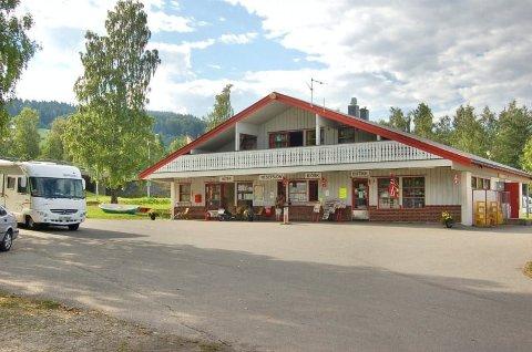 USIKKERT OM VIDERE DRIFT:  Lars Julius Bjørnstad ved Biristrand Camping er usikker på om det blir drift ved campingen etter at ny E6 er på plass. Her bilde av service-bygget.
