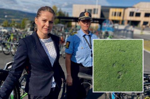 Det er tydelige svimerker og rester etter klær på fotballbana. Nå er forholdet anmeldt. Til venstre, rektor Laila Owren sammen med politioverbetjent ved forebyggende avdeling i politiet, Ane Bræin Aas.