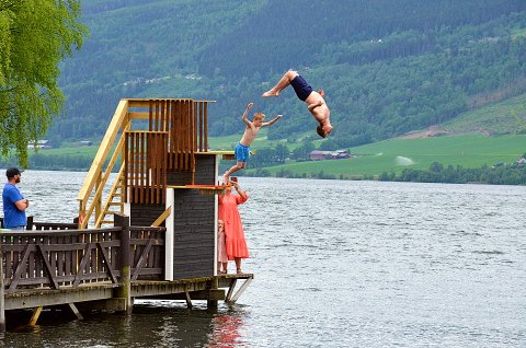 SESONGÅPNING: Det nye stupetårnet ble innviet med et stort plask av Morten Hagen og Tinius Erikstein Enger (10)