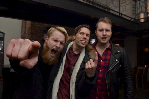 PAUSE FRA JULA: Sjur Vidar Lilleås (f.v.), Andreas Strande Raade og Stian Gregersen koste seg i godt selskap på Brenneriet. Trioen var enige om at punk uten tvil er best live.