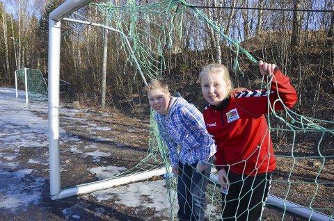 BEHOV FOR NYTT: Ole Einar Eliassen (11) og Vilde Olerud Martinsen (12) i 6. klasse ved Jaren skole viser fram dagens grusbane med hullete mål.