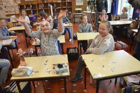 KONFETTI: Victoria Egge Karlsen (t.v.) nyter konfettiregnet, mens Marthe Scherven Rian følger med.