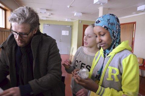 AUTOGRAF: Leyla Omar Hassan (f.h.) og Lisa Sol Løvhaug Bjørgen benyttet muligheten til å få autografen til Gjermund Mathisen.