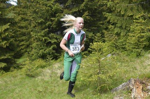 SOLID LØP: Hanna Gjerdingen gjennomførte et meget solid løp på lørdagens mellomdistanse og vant med over ti minutter til nærmeste konkurrent i klasse D 13–16 C.