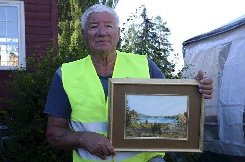 ATTRAKTIVT: Harry Brenna med et maleri fra Sagvollen av Edith Fallang fra 1995. Bildet skal auksjoneres bort under Jarendagene.