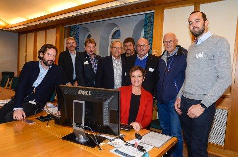 Vestoppland-delegasjonen sammen med Anne Tingelstad Wøien under tirsdagens bredbåndsmøte på Stortinget.