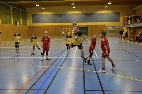 SCORET: Oscar Pedersen Lyhmann har lurt bort hele Lunner-forsvaret og scorer her for Jaren.