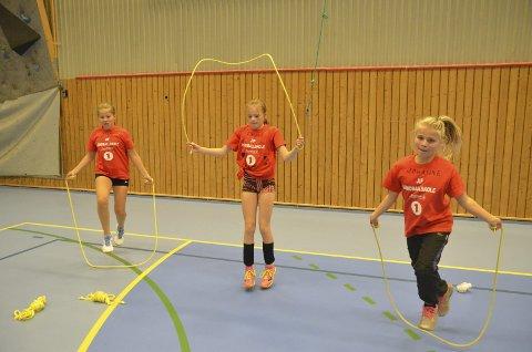 Her ser vi Ane Solberg (til venstre), Celine Øvergård og Johanne Klevengen Solberg forbedrer kondisjonen ved hjelp av hoppetau. Nå skal skoleelever fra hele Hadeland delta i hoppetaukonkurranse.