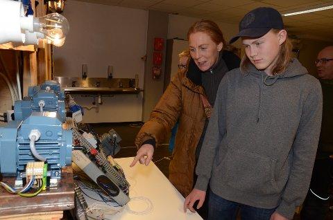 På omvisning: Tor Magnus Magnussen og mamma Ylva Österström syntes det var veldig interessant å se hva skolen har å tilby, og spesielt elektrorommet.