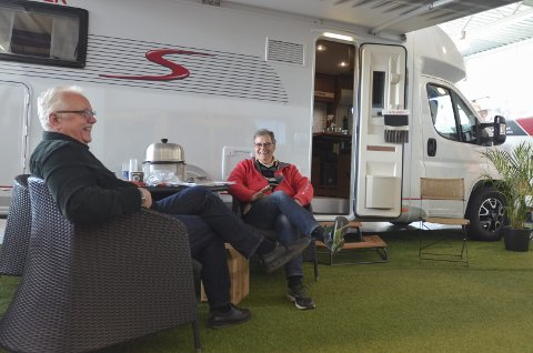 IVRIGE CAMPERE: Roar Øyan (t.v.) og Knut Henriksen sto på stand for Norsk bobil og caravan club. I løpet av lørdag hadde de vervet to nye medlemmer.