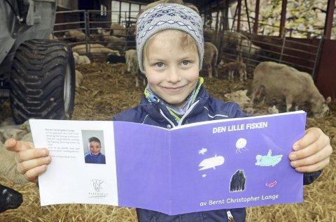 Bøker og dyr: Bernt Christopher Lange (6) har gitt ut boka Den lille fisken. Men han trives like godt i sauefjøset som ved skrivepulten. Minst!
