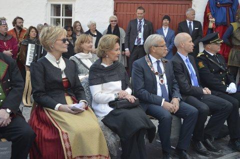 ÅPNET GLASSLÅVEN: Dronning Sonja åpnet Glasslåven på Granavollen i april 2016. Her sammen med ordfører Willy Westhagen og prosjektleder Randi Eek Thorsen.