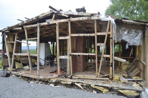 – INGEN VERDI: Inger Lovise Lunde kjøpte huset for 1.95 millioner kroner. På grunn av alle feil og skader som er oppdaget i ettertid, må huset rives.