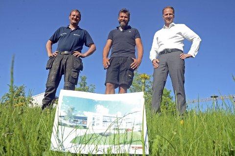 Vassenden Park: Bygger nytt bygg for Visma i Gran. Fra venstre Edvall Martin Stenberg og Paul Gamme fra Vassenden Park og Roy Torheim fra Visma Software.