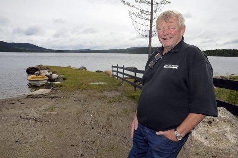 Torstein Skjaker har bygd molo ut i Vassbråa på Sagvollen, uten å søke om tillatelse. Gran kommune har gitt ham frist til 1. september om å fjerne moloen.