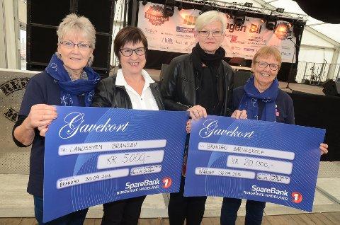 Anne Lise Berg (t.v.) og Anne Marie Solstad (t.h.) i Brandbu sanitetsforening ga 5000 kroner til Anny Skjølås i Landsbyen Brandbu 2020 og 20.000 til Brandbu barneskole ved rektor Inger Jåvold.