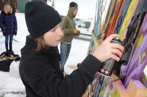 Fersk: Nicolay Jørgensen (14) fra Gran syntes det var moro å prøve seg som graffitikunstner. Foto: Bjørn Bjørkli