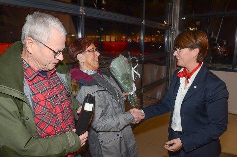 NY BIL: Elisabeth Hanserud kunne gratulere Bente og Gunnar Bakken fra Hov med splitter ny bil.