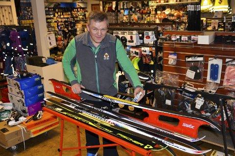 MÅ OGSÅ PREPARERES: Ski med feller må også prepareres, men det holder med å ha på hurtigglider på det gule feltet som er selve fellen, sier Asbjørn Kvåle i G-Sport Brandbu.