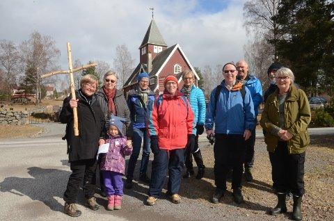 Glade vandrere: Prest Karin H. Bøe (til venstre) og de andre som var med på korsvandringen fra Moen til Tingelstad langfredag ettermiddag.