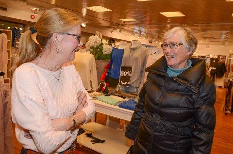 SISTE HANDEL: Anne Hidem (til venstre) og Torill Bjøntegård gikk på realskolen samtidig, og nå blir de pensjonister samtidig. Tirsdag kjøpte Torill sine siste plagg av Anne på HS Hidem.