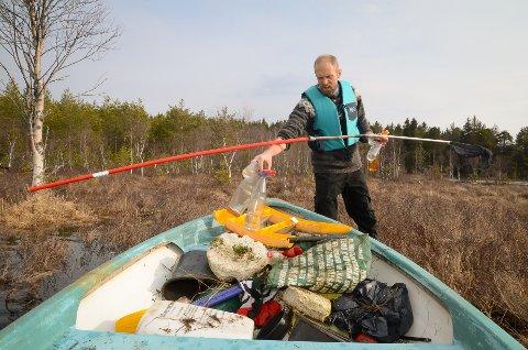 FULL AV SKROT: Båten til Nils Harley Boisen ble full av allslags søppel etter en liten rotur i Sveselva og i nordenden av Harestuvatnet. – Skremmende og trist, synes han.